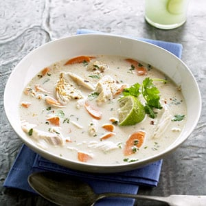 Sopa de pollo con un toque de coco y lima