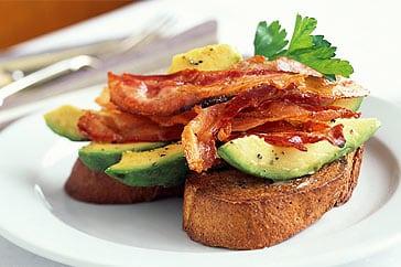 Tostadas con aguacte y bacon