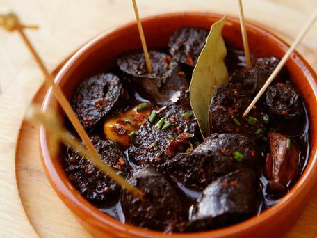 Chorizo escalfado en vino rojo