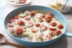 Queso fundido con tomate y albahaca