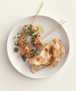 Pinchos de Salmón con salsa de cilantro