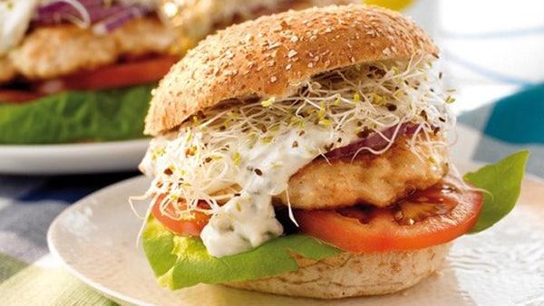 Hamburguesas de Salmón con Salsa de Yogur
