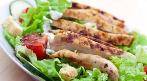 Ensalada con Pollo y Salsa de Yogur