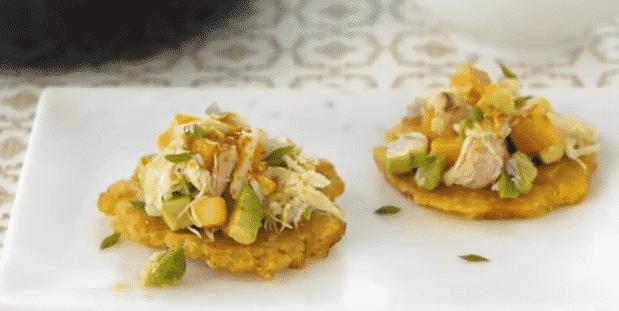 Tostones con ensalada de cangrejo y aguacate