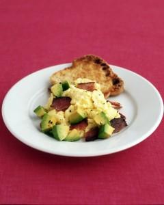 Huevos Revueltos con Aguacate y bacon