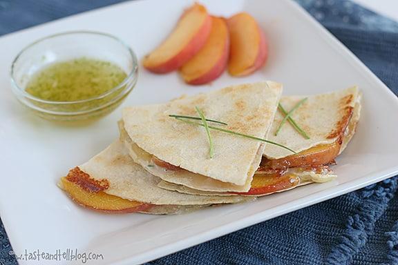 Quesadillas de melocotón y queso brie