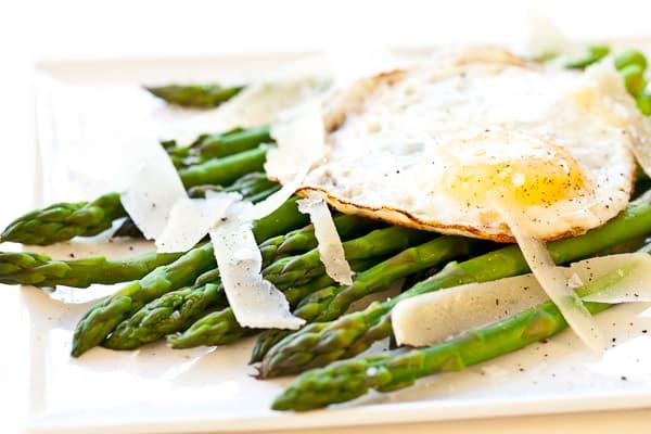 Espárragos con huevos y queso