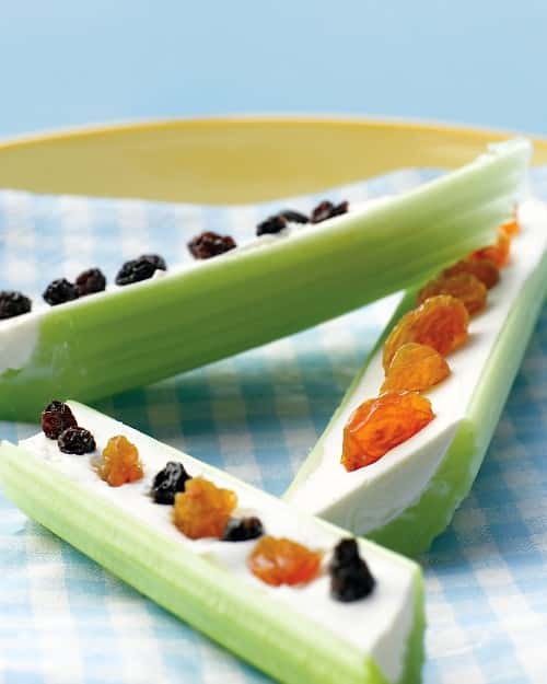 Apio relleno y frutos secos por encima