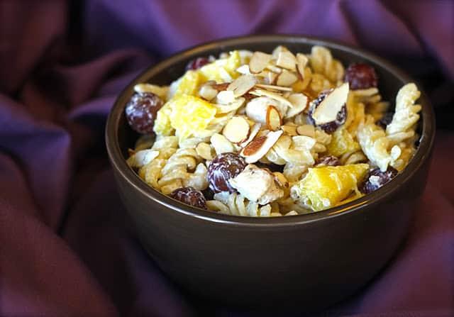 Ensalada de pasta con uvas y piña