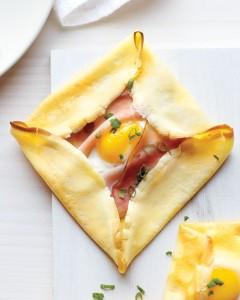 Crepes cuadrados, rellenos con jamón y huevos.