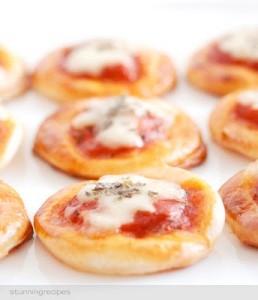 Mini pizzas con queso de crema, y jamón