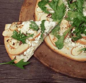 Pizza con queso de cabra, manzana y nueces