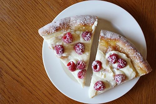 Pizza dulce con queso mascarpone y frambuesas