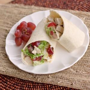 Sandwich de tortilla con pollo y uvas