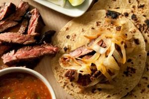 Tacos con bistec y cebollas caramelizada