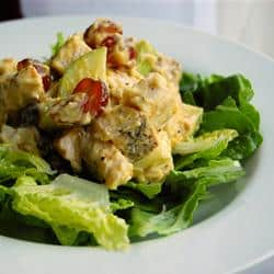 Ensalada de pollo con un toque curry y fruta