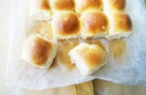 Bollitos de pan con miel de azahar