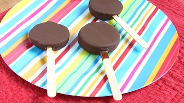 Polos de Kiwi cubiertos de Chocolate