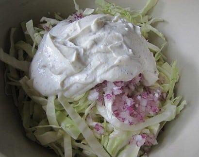 Ensalada de col con salsa ligera de yogur