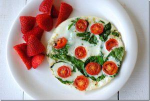 Tortilla de claras de huevos, con espinaca y tomates