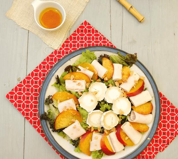 Ensalada de nectarinas, pollo y queso