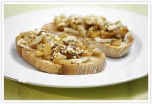 Tostada de pera caramelizada con queso de cabra y avellanas