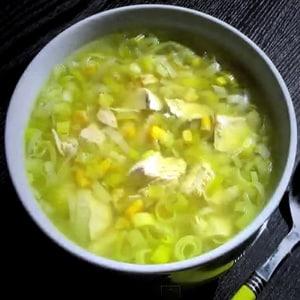 Sopa de Pollo con Puerro y Maíz