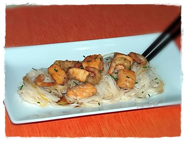 Fideos de arroz con trucha asalmonada