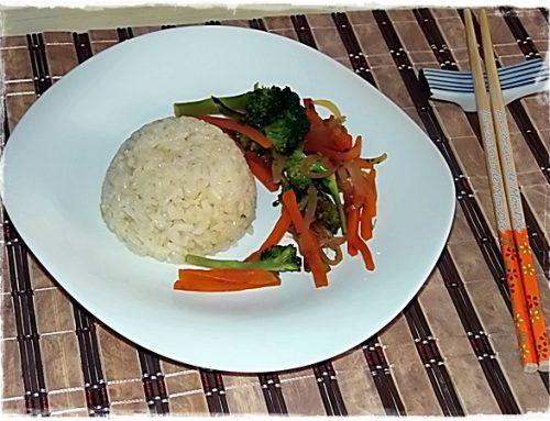 Verduras salteadas al wok con arroz tostado