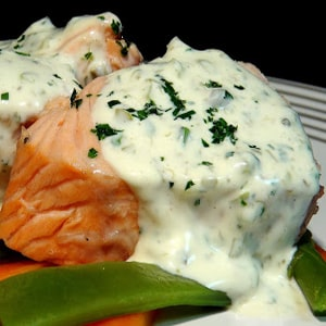 Salmón cocido con Verduras y Salsa Tártara