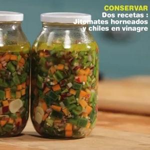 Dos conservas: Jitomates Horneados y Chiles en Vinagre